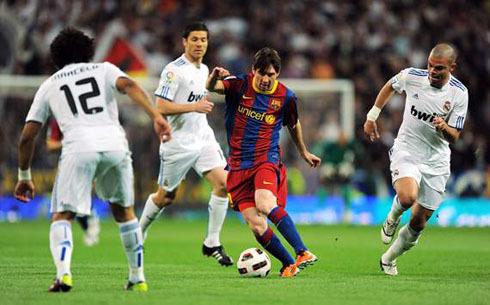 Messi đi bóng như múa trước các cầu thủ Real.