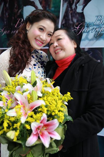 Sao Mai Bích Hồng và NSND Thu Hiền trong buổi ra mắt vol.2.