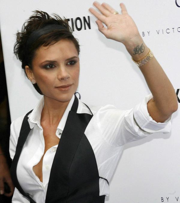 """Hình xăm bên cổ tay trái của Vic là hai chữ cái """"DB"""" viết tắt tên của David Beckham. Bà mẹ 4 con chắc chắn không phải là sao nữ duy nhất có sở thích xăm hình, nhưng cô luôn biết cách thể hiện để biến những hình xăm ấy mang đậm dấu ấn cá nhân nhất: cổ điển, tinh tế và đầy nữ tính."""