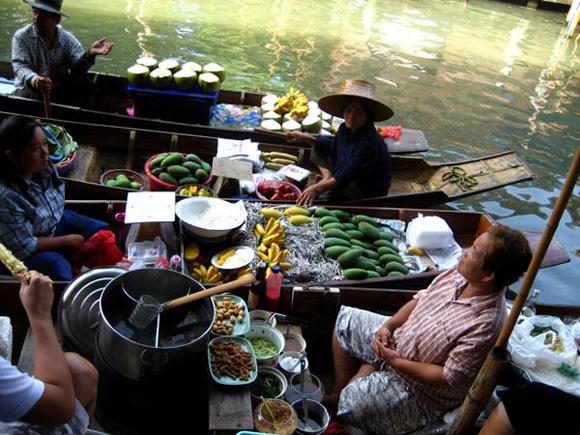 Bạn cũng có thể ăn bữa điểm tâm nhẹ ngay trên các thuyền.