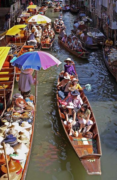 Chợ là điểm du lịch thu hút rất nhiều khách nước ngoài.