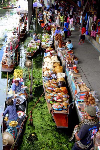Hai bên bờ sông cũng là chợ.