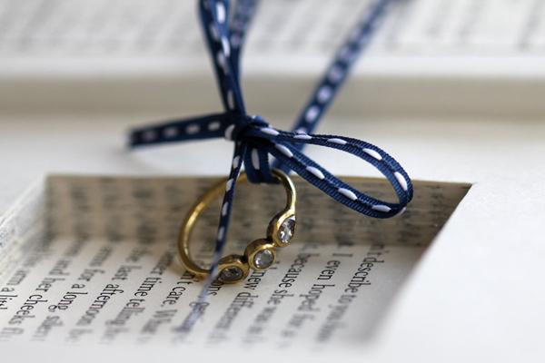 7. Hộp nhẫn làm từ giấy báo kiểu vintage.