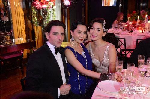 Tiệc cưới tối 12/1 có sự góp mặt của những nghệ sĩ tên tuổi làng giải trí Hong Kong. Lưu Gia Linh một mình đi tiệc mà không có Lương Triều Vỹ đi cùng.