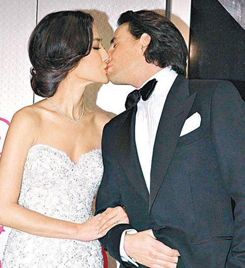 Cặp đôi trao nhau nụ hôn nồng nàn.