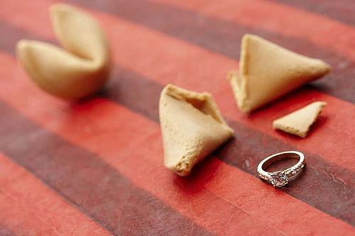 """5. Hộp nhẫn bằng bánh: Đây là cách tạo """"hộp"""" nhẫn cổ điển nhất khi các chàng trai cầu hôn người yêu của mình. Bạn chỉ cần đặt nhẫn vào một chiếc bánh và để cô gái tự khám phá ra điều bí mật đặc biệt trong bánh."""