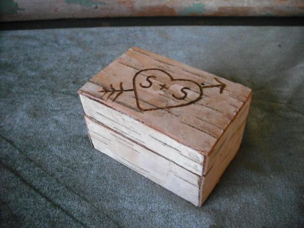 8. Hộp khắc tên hai người: Đây là cách ghi dấu ấn cá nhân ấn tượng và đáng yêu nhất cho ngày cưới. Bạn có thể chuẩn bị chiếc hộp đựng nhẫn đính hôn hoặc đựng nhẫn để trao trong ngày cưới.