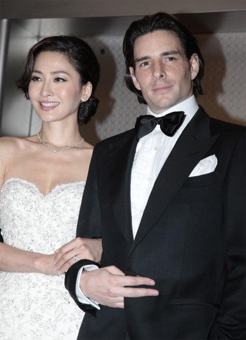 Sau lễ cưới tại Hong Kong, Châu Vấn Kỳ và chồng, doanh nhân người Pháp Julien Lepeu đã tổ chức tiệc mừng tại Hong Kong hôm 12/1.