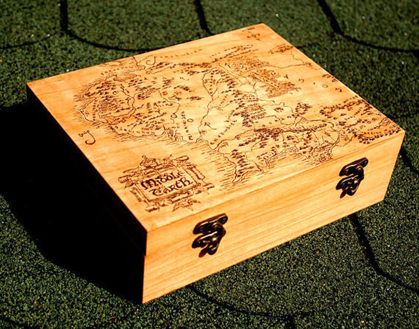 7. Hộp nhẫn bằng gỗ vẽ bản đồ cổ: Đây sẽ là món quà đặc biệt dành cho các cô dâu yêu thích du lịch, thích khám phá.