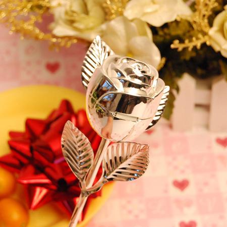 1. Hộp hoa hồng tinh xảo: Nếu được nhận một bông hoa hồng kiêu sa tượng trưng cho tình yêu, chắc hẳn cô dâu nào cũng sẽ vui thích, đặc biệt hơn, bông hồng này còn có thể mở ra và bên trong chứa đựng chiếc nhẫn đính hôn hay nhẫn cưới đặc biệt.