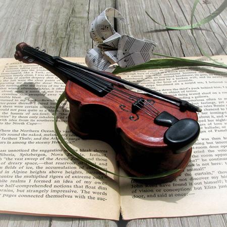 2. Hộp đàn nhỏ nhắn: Chiếc hộp đựng nhẫn hình cây đàn sẽ là lựa chọn tuyệt vời dành cho cô dâu yêu nghệ thuật hoặc có tính cách lãng mạn.