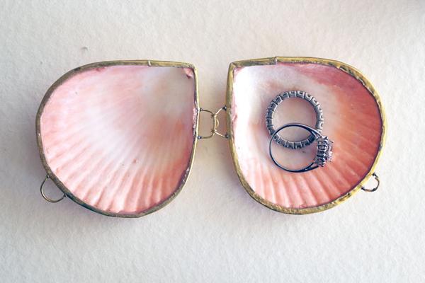 6. Hộp nhẫn bằng vỏ sò ấn tượng.