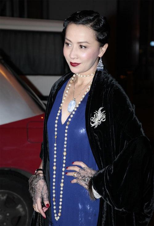 Nữ diễn viên nổi tiếng ăn mặc rất cầu kỳ, điệu đà.
