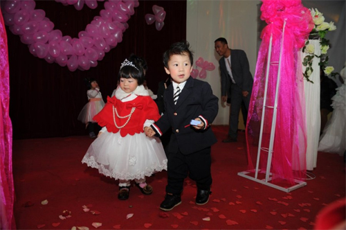 On Jan 11, 2013, a kindergarten in Zhenzhou held a group wedding for over 100 preschool kids. The group wedding had all the necessary procedures of a real adult wedding.