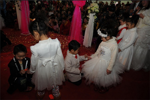 This was not the first time that this kindergarten held group wedding for kids, but it was the largest in scale. Based on past experiences, married kids were more responsible, more confident and got along better with others.