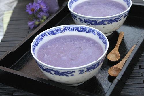 Bát chè nóng với vị ngọt, thơm dẻo hương khoai mỡ hay còn gọi là khoai tía, mộc mạc bình dị như con người đất Cố đô.