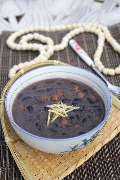 Bát chè nóng với đỗ đen và hạt mềm, quyện lẫn với những hạt trân châu dai và thoang thoảng mùi thơm của gừng.