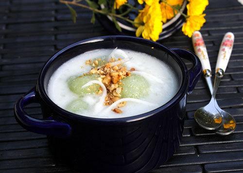 Bát chè nóng với củ sắn dai, pha lẫn mùi thơm của lá nếp, quyện với nước cốt dừa béo ngậy và những hạt trân châu dẻo, lạ lạ mà hấp dẫn.