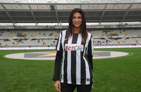 Cristina Chiabotto diện áo đấu của Juventus.