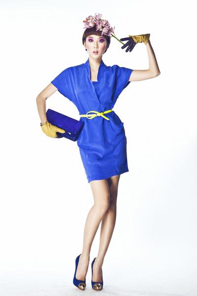 """Nếu không phải tuýp người ưa """"loè loẹt"""", bạn có thể lựa chọn những mẫu váy áo có một gam màu sáng duy nhất. Mẫu váy liền màu xanh dương không cổ trên đây là một lựa chọn hữu ích dành cho những người có thân hình quá mảnh mai. Phần tay rộng sẽ giúp che bớt đi cẳng tay gầy hoặc xương bả vai lồi."""