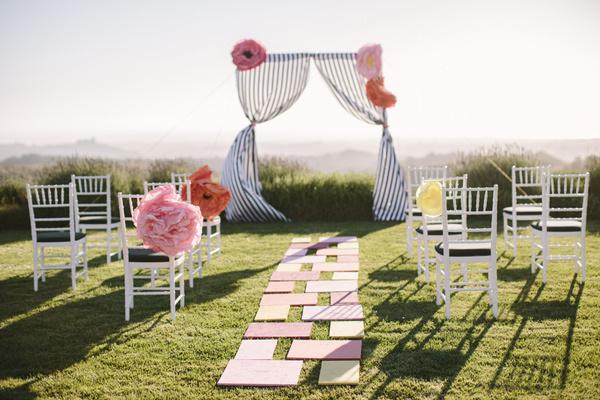 Lễ thành hôn được tổ chức ở ngoài trời với phông nên đơn giản.