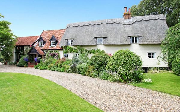 Không gian sống tuyệt vời với 5 phòng phủ, phòng khách rộng rãi, garage riêng cùng con đường rải sỏi, thảm hoa muôn màu, ngôi nhà ở vùng Norfolk này có giá 595.000 bảng Anh.