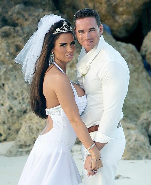 Hôm 16/1, siêu mẫu ngực bự Katie Price (nghệ danh Jordan) tổ chức đám cưới với chàng người mẫu kém 9 tuổi, Kieran Hayler, tại Bahamas tràn ngập nắng ấm với sự chứng kiến của 6 khách mời.