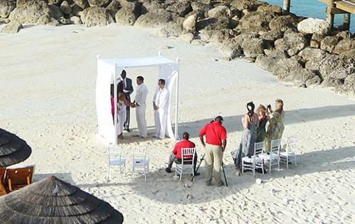 Katie và Kieran trao lời thề nguyền trong buổi lễ đơn giản với chỉ 6 người chứng kiến.