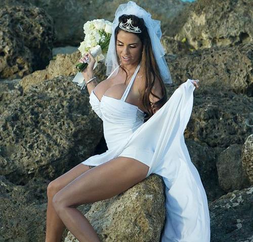 Cô dâu với màn tạo dáng khiêu khích khi chụp ảnh.
