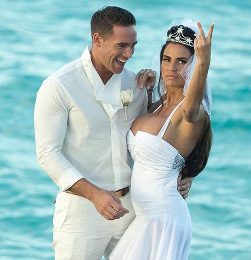 Trong đám cưới lãng mạn bên bờ biển, Katie không cho ba đứa con của mình đi cùng.