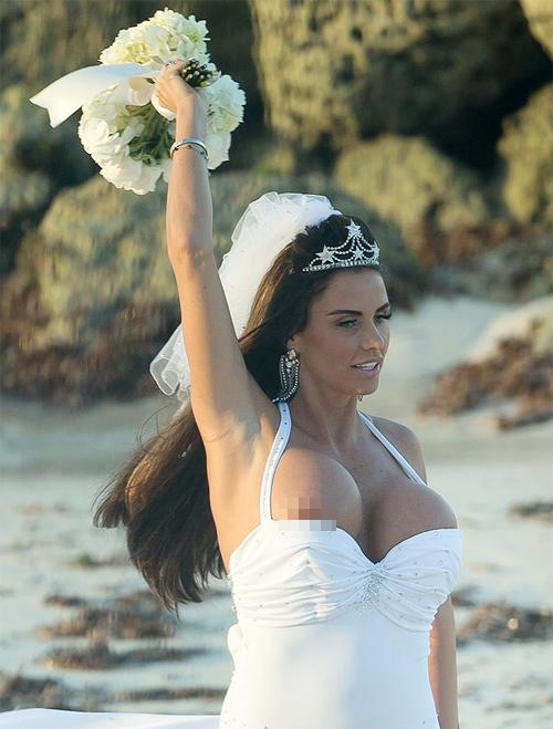 Trong lúc Katie phấn khích ném hoa cưới về phía sau, bên ngực phải của người đẹp lộ hẳn ra ngoài áo.