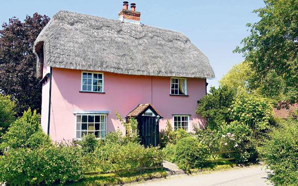 Được xây dựng với cả studio ở bên trong, ngôi nhà xinh xắn màu hồng ở Sudbury, Suffolk rất thích hợp cho những người làm việc tại nhà. Nó được rao bán với giá 290.000 bảng Anh.