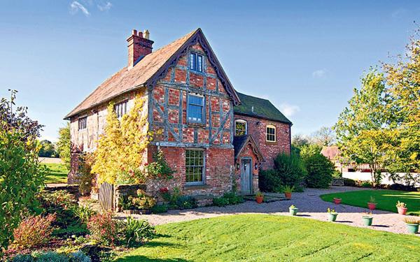 Căn nhà có 6 phòng ngủ, 2 phòng tắm và khu vườn rộng trăm mét vuông này cách Birmingham 32 km, có giá 675.000 bảng Anh.