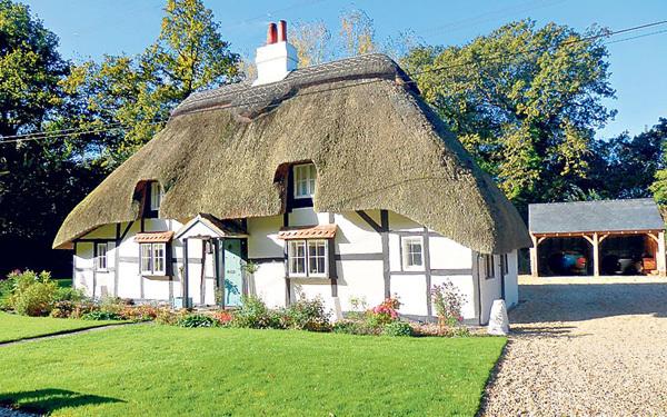 Phiên bản ngôi nhà của bảy chú lùn trong truyện nàng Bạch Tuyết ở ngoài đời thật thuộc vùng Hampshire. Nó mới được xây thêm một garage để xe riêng ở đằng sau.