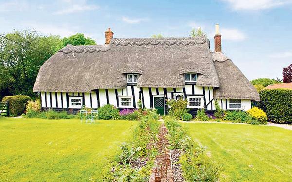 Vẫn giữ nguyên vẹn thiết kế từ thế kỷ 14 khi nó mới được xây dựng, căn nhà như một chùm nấm độc đáo này nằm ở vùng Sussex với ba phòng ngủ và cửa hàng tạp hóa ngay gần.
