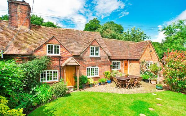 Nằm ngay gần ngoại ô Buckingham, ngôi nhà được xây bằng gạch và gỗ với thiết kế hai phòng ngủ và sân vườn đẹp không thể chê có giá 475.000 bảng Anh.
