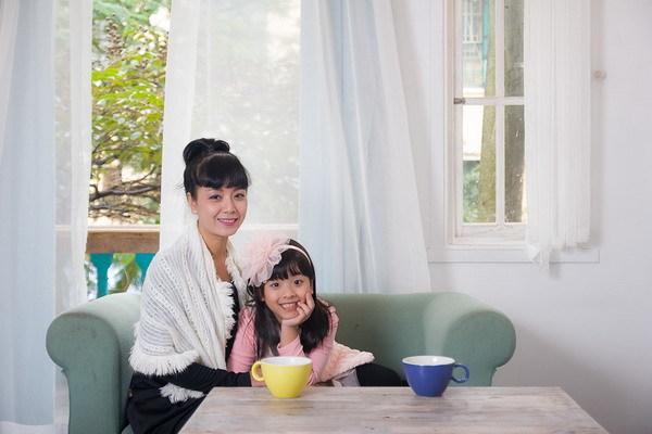 NSƯT Chiều Xuân cho biết ở nhà, Hồng Khanh khá hiếu động nhưng chưa rất biết nghe lời cha mẹ.