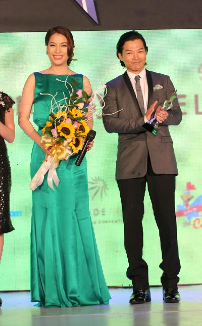 Vợ chồng Trương Ngọc Ánh - Trần Bảo Sơn nhận giải.