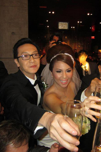 Vợ chồng Minh Tuyết ngập tràn hạnh phúc trong sự chúc tụng của bạn bè.