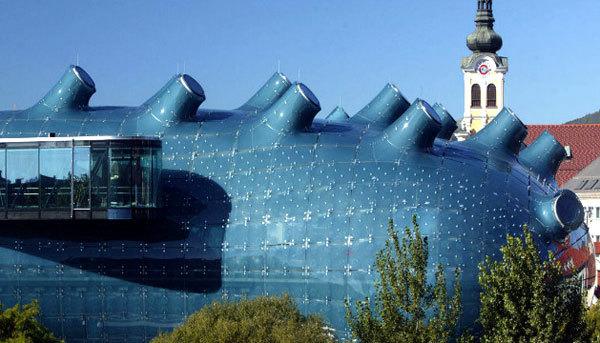 Được thiết kế vào năm 2003 bởi nhóm kiến trúc sư hàng đầu châu Âu, tòa nhà Kunsthaus Graz trở thành một trong những biểu tượng của thành phố Graz, Austria.