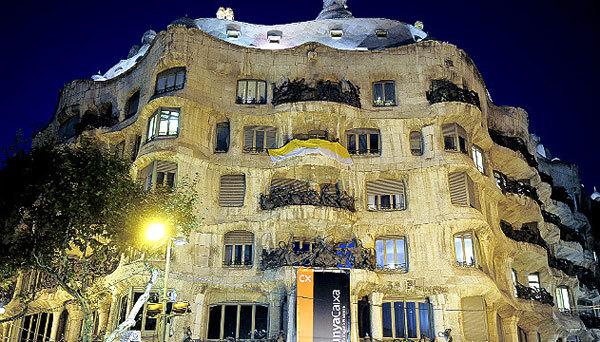 Biểu tượng nghệ thuật cuối những năm 1990 của thành phố Barcelona, tòa nhà Casa Mila hiện nay được dùng để làm trung tâm triển lãm.