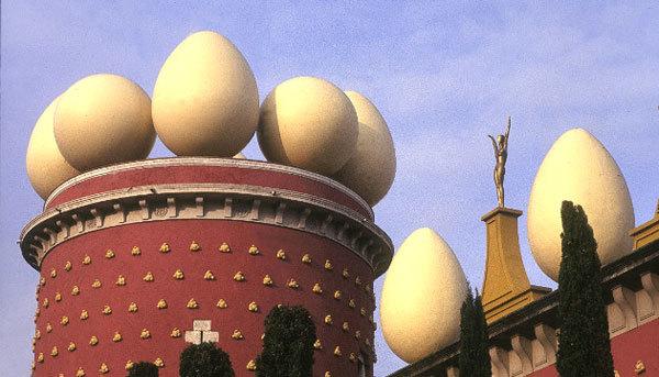 Bảo tàng kiêm nhà hát Dali ở Figueres, Tây Ban Nha với những quả trứng khổng lồ trên nóc được xây vào năm 1974 để kỷ niệm 20 năm ngày mất của nghệ sĩ tài năng Dali.
