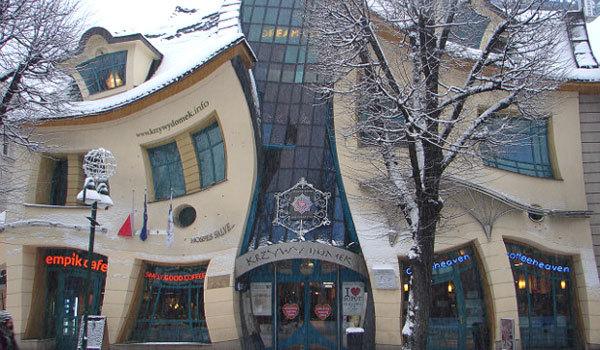 Được biết đến với cái tên 'Crooked House' (Ngôi nhà vẹo), tòa nhà đặc biệt nằm ở Sopot, Ba Lan này thu hút rất nhiều sự hiếu kỳ của khách du lịch nhờ kiến trúc uốn éo giống phim hoạt hình. Hiện nay có một nhà hàng và vài văn phòng nhỏ thuê không gian sử dụng trong ngôi nhà này.