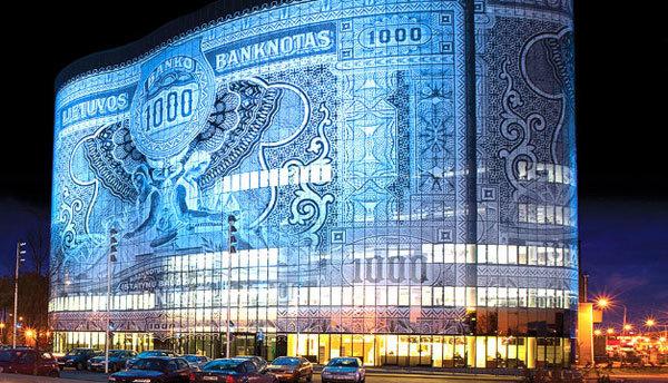 Tòa nhà Banknote ở Kaunas, Lithuania với mặt tiền được ghép từ 4.000 tấm kính hoa văn khác nhau để tạo thành biểu tượng độc đáo của quốc gia Lithuana.