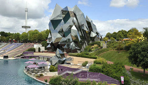 Có hình giống như một khối đá tự nhiên, nhà hát IMAX ở Poitou-Charentes, Pháp có diện tích tương đương 2 sân bóng tennis với 440 ghế ngồi.