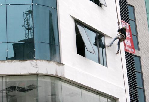Với kinh nghiệm nhiều năm lơ lửng trên các tòa nhà cao tầng ở thủ đô, để tránh những tai nạn đáng tiếc xảy ra, anh Hùng cũng khuyên những đồng nghiệp, khi leo lên cao, nên tập trung vào công việc, không nên nhìn xuống dưới, nếu không sẽ bị hoa mắt, chóng mặt. Trong lúc lau kính cũng cẩn thận, di chuyển ít, không nên với quá xa, dễ bị ngã...và một điểm quan trọng nữa là cần phải kiểm tra thật kỹ những dây đai an toàn, mũ bảo hiểm... và chỉ khi mọi thứ đã bảo đảm an toàn thì mới bắt đầu vào làm việc.
