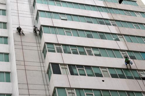 Nhiều công nhân lơ lửng cả chục tiếng trên tòa cao ốc, đối mặt với những nguy hiểm và cũng khiến nhiều người đi đường phải 'rợn tóc gáy'.