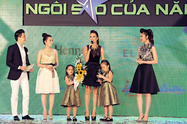 """Vuột mất giải """"Nhóc tì của năm"""" nhưng gia đình cựu người mẫu Thúy Hạnh lại chiến thắng ở hạng mục """"Bà mẹ của năm 2012""""."""