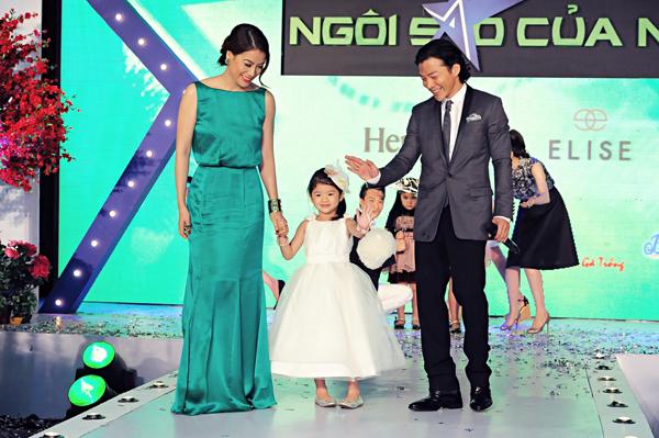 """Với tổng số phiếu bình chọn lớn từ khán giả, Bảo Tiên đã trở thành """"Nhóc tì của năm 2012"""". Cô bé bước lên sân khấu nhận giải cùng bố mẹ."""