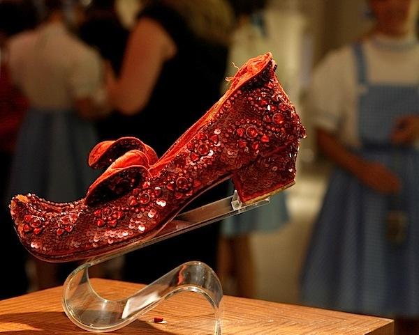 """Đôi hài của the House of Harry Winston lấy cảm hứng từ bộ phim """"The Wizard of Oz"""". Nhà thiết kế tài năng Ronald Winston đã biến hóa cho đôi giầy với 4.600 viên hồng ngọc nặng 1.350 carat cùng 50 carat kim cương có giá 3 triệu USD (tương đương 62 tỷ đồng)."""